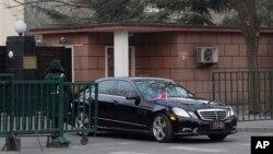 12일 북한이 3차 핵실험을 강행한 가운데, 중국 베이징 주재 북한대사관에서 북한 대사 차량이 나오고 있다. 중국 외교부는 이 날 북한 대사를 소환해 핵실험에 엄중히 항의했다.