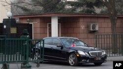 북한이 3차 핵실험을 강행한 12일, 중국 베이징 주재 북한대사관을 빠져나오는 북한 대사 차량. (자료사진)