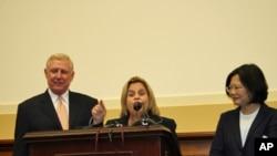 美國眾議院外交委員會主席羅斯雷提南(中)在FAPA酒會致詞提2011年台灣政策法案。