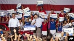 Mitt Romney à esquerda com o seu candidato á vice presidencia Paul Ryan