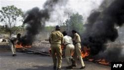 Cảnh sát Ấn Độ cố gắng dập tắt đám cháy ở Ratnagiri, ngày 19/4/2011. Người biểu tình đã nổi lửa đốt các xe buýt phản đối đề nghị xây một nhà máy hạt nhân ở phía tây Ấn Ðộ