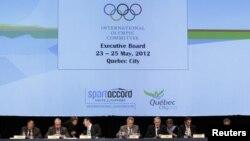 Presiden Komite Olimpiade Internasional (IOC), Jaques Rogge (nomor empat dari kanan) dan para eksekutif IOC menghadiri rapat persiapan olimpiade musim panas di Quebec, Kanada (23/5).