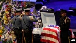 Colegas del oficial de la policía de Dallas, Texas, Lorne Ahrens le rinden tributo durante el funeral del agente en la Iglesia Bautista Prestonwood in Plano, Texas.