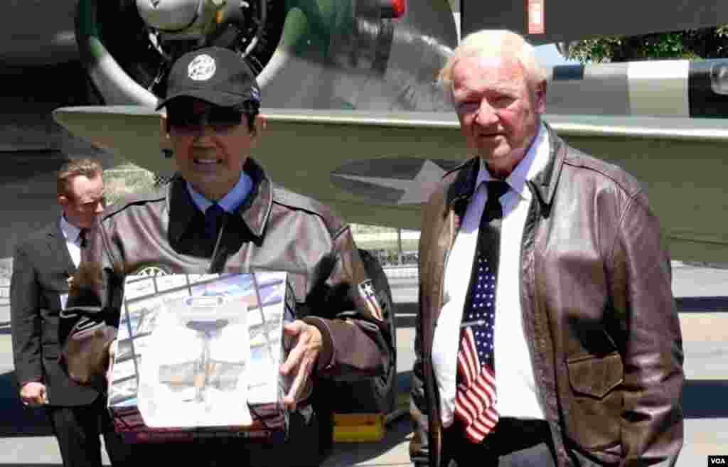 博物馆赠送飞虎队模型飞机给马英九(美国之音包小祥拍摄)