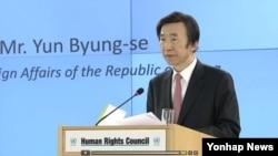 尹炳世星期一(2月27日)在日內瓦向聯合國人權理事會發表講話
