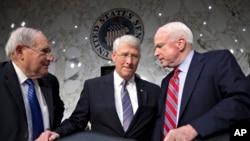 Thượng nghị sĩ Roger Wicker (giữa) nói chuyện với ông Carl Levin, Chủ tịch Ủy ban Quân vụ Thượng viện (trái) và Thượng nghị sĩ John McCain tại Tòa nhà Quốc hội, 17/4/2013.