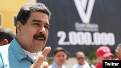 """El presidente Nicolás Maduro dijo que con el nuevo aumento busca ayudar a los trabajadores a enfrentar la """"guerra económica"""" de la oligarquía neoliberal."""