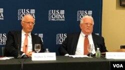美中关系全国委员会会长欧伦斯和与会的前美国外交官傅立民 (美国之音方冰拍摄)