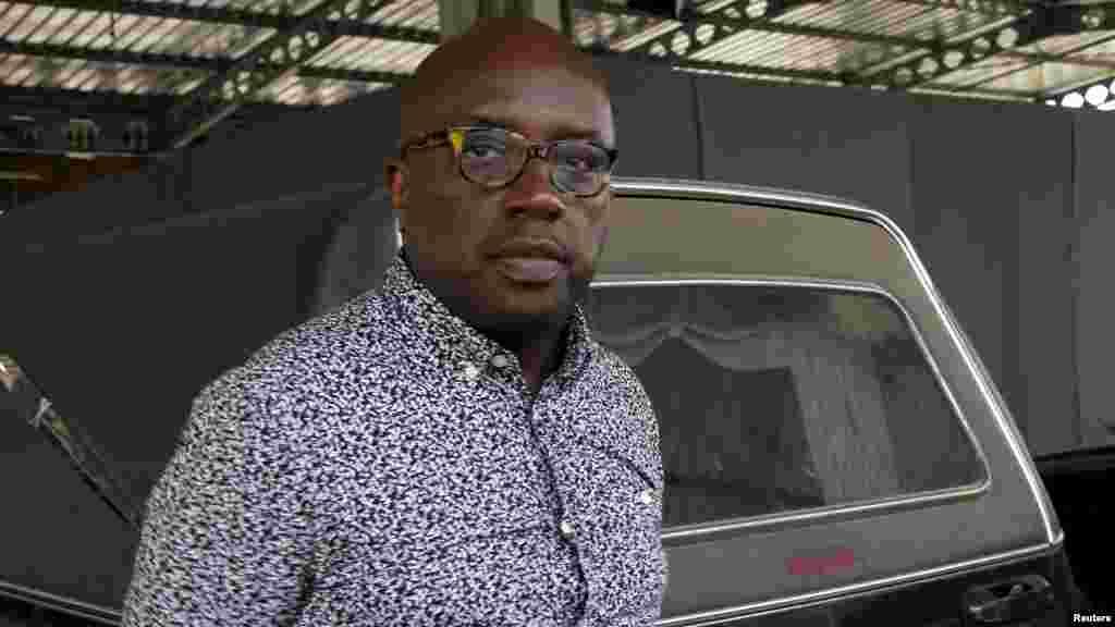 Eric Didia, ami du musicien congolais Papa Wemba, devant la morgue, où le corps de Wemba a été amené à Abidjan, 24 avril 2016.