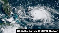 Uragan Dorian na satelitskom snimku Nacionalne uprave za okeane i atmosferu.