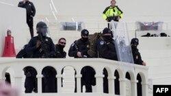 ვაშინგტონის პოლიცია კონგრესის აივანზე. 6 იანვარი, 2020