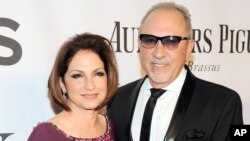 Gloria Estefan (kiri) dan Emilio Estefan saat menghadiri acara Tony Awards di Radio City Music Hall, New York (foto: dok).