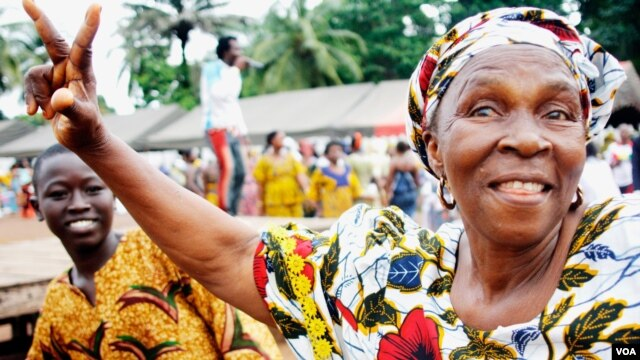A woman at a pro-Alpha Condé rally, Conakry, Guinea, Sept. 29, 2012. (N. Palus for VOA)