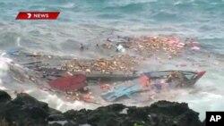 کشتی مهاجرین در حال غرق شدن در جزیرۀ کرسمس