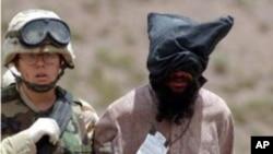 알카에다의 일원으로 추정되는 포로를 수송하는 아프간 주둔 미군