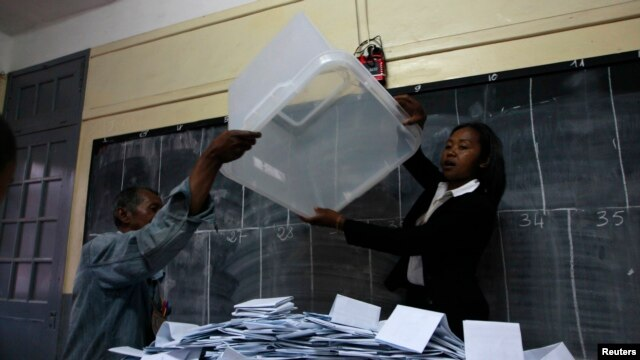 Electoral officials empty ballot box before counting votes at polling center, Antananarivo, Oct. 25, 2013.