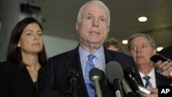 11月27日参议院军事委员会资深成员麦凯恩(中)和另两名成员格雷厄姆和艾约特参议员在国会山发表谈话