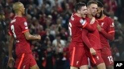 'Yan Wasan Liverpool suna taya Henderson(tsakiya) murnar zura kwallo ta uku da ta ba su nasara akan AC Milan.