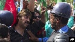 اسلام آباد، مارچ 18، 2011، پولیس کے سپاہی جمعہ کے روز مظاہرین کو امریکی سفارت کانے تک پہنچنے سے روک رہے ہیں۔