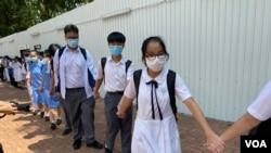 香島中學及附近多間中學約100名學生6月12日組成人鏈聲援一名不獲校方續約的音樂老師。(美國之音湯惠芸)