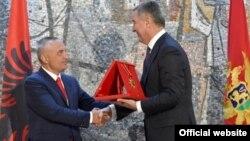Predsjednik albanskog parlamenta Ilir Meta uručuje orden crnogorskom premijeru Milu Đukanoviću