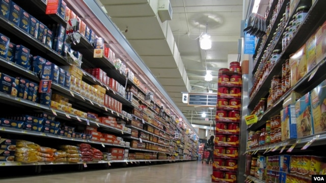 In a new study, researchers found that slashing prices on healthy foods increased shoppers' propensity to buy them. (VOA/S. Baragona)