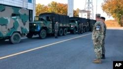 Des soldats américains et sud-coréens avant de quitter le village frontalier de Panmunjom, en Corée du Sud, le 25 octobre 2018.