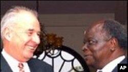 Commonwealth Secretary General Don McKinnon with Kenyan President Mwai Kibaki