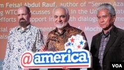 Imam Feisal Abdul Rauf (tengah), Mochtar Pabottingi (kanan) dan Staf Kedubes AS di @america, Jakarta (photo: VOA Indonesia)