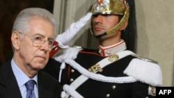 Kinh tế gia quốc tế Mario Monti đi ngang 1 người bảo vệ tại Dinh Tổng thống Quirinale ở Rome sau cuộc hội đàm với Tổng thống Ý Napolitano, Chủ Nhật, 13/11/2011