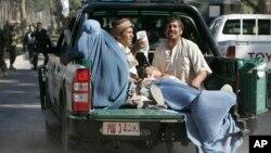 Las víctimas de uno de los ataques en Guzara, en la provincia de Herat son trasladadas al hospital.