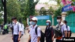 Học sinh một trường trung học ở Thành phố Hồ Chí Minh đi học trong mùa dịch