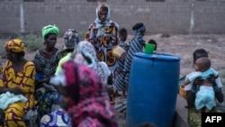 Les personnes fuyant la violence dans le centre du Mali se réfugient à Dialokorobougou, près de Bamako, le 3 mai 2018.
