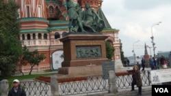 """莫斯科紅場上的米寧和波扎爾斯基塑像。他們兩人400年前曾領導民眾驅逐波蘭入侵者,普京執政後設立""""俄羅斯民族統一日""""。(美國之音白樺)"""
