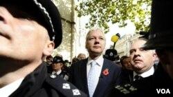 Pendiri WikiLeaks, Julian Assange, meninggalkan Pengadilan Tinggi London, Selasa (2/11).