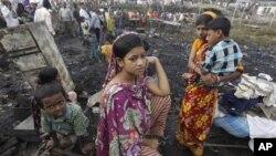 Cư dân khu ổ chuột ở Dhaka mất hết đồ đạc sau vụ hỏa hoạn ngày 18/11/2012.