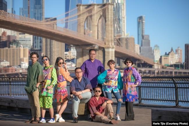 Teater Abnon dan Tim Organizer didepan Brooklyn Bridge (courtesy foto: @haristjio)