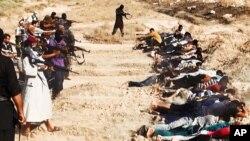 Foto dari situs internet ISIS menunjukkan militan ISIS menawan puluhan tentara Irak (foto: dok).