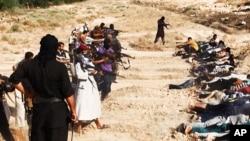 Các chiến binh ISIL bắt giữ binh sĩ Iraq, ngày 15/6/2014.