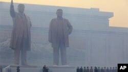 지난 4월 평양 만수대 언덕에서 열린 김일성, 김정일 부자 동상 제막식.