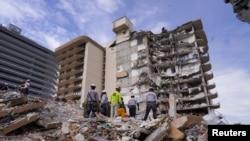 Spasioci pretražuju ruševine zgrade u Miamiju.