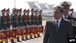 Президент Пакистану проходить повз почесну варту в аеропорту Москви.