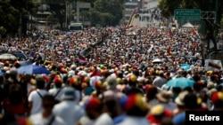 Người ủng hộ lãnh đạo đối lập Venezuela Juan Guaido biểu tình chống tổng thống Nicolas Maduro ở Caracas, Venezuela, ngày 6 tháng 4, 2019.