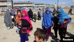Warga distrik Malistan dan Jaghori mengungsi untuk menghindari pertempuran Taliban dan pasukan pemerintah Afghanistan.