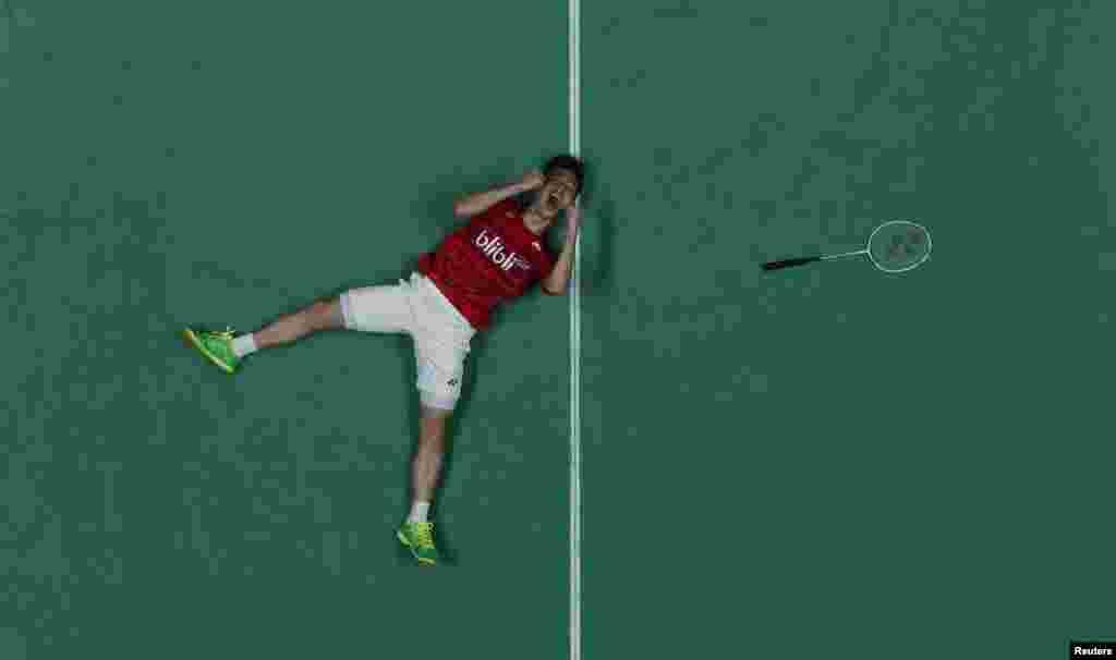 Pemain bulutangkis Indonesia Kevin Sanjaya Sukamuljo merayakan kemenangan setelah bersama Marcus Fernaldi Gideon menjuarai ganda putra All England mengalahkan ganda China dengan straight set di Birmingham, Inggris.