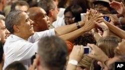 9일 미 플로리다주 팜비치에서 열린 바락 오바마 대통령 재선 유세장에서, 오바마 대통령을 반기는 지지자들.