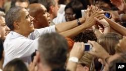 Những người ủng hộ vây quanh Tổng thống Obama sau buổi nói chuyện của ông tại Trung tâm Hội nghị Palm Beach, ở West Palm Beach, Florida hôm Chủ nhật 9/9/12