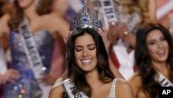 Paulina Vega tersenyum saat dinobatkan menjadi Miss Universe 2015 di Miami (25/1). (AP/Wilfredo Lee)