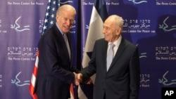 Cựu Tổng thống Israel Shimon Peres (phải) và Phó Tổng thống Hoa Kỳ Joe Biden bắt tay trong cuộc họp tại Trung tâm Peres về vấn đề hòa bình ở Jaffa, ngày 8/3/2016.