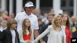 El estadounidense Phil Mickelson celebra junto a su familia la victoria en el Abierto británico en Muirfield, Escocia.